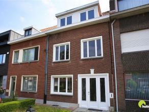 In de topwijk Hof van Rieth vinden we deze zeer ruime, op te frissen woning. Het is een zeer aangename en rustige woonwijk met enkele scholen in de bu