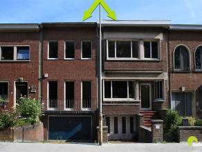 Op een zeer gunstige ligging tussen de commerciële centra van Wilrijk en Mortsel vinden we deze te renoveren woning. De voorgevels verraden niet