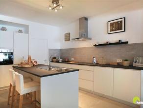 Dit volledig kwalitatief gerenoveerd en ruim gelijkvloers appartement (120m²) met 2 slaapkamers, ZW-tuin en 2 parkeerplaatsen, vinden we terug vl