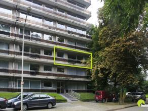 Dit ruim appartement (100 m²) is goed gelegen in de Deurnestraat te Mortsel met vooraan zicht op groen en achteraan een unieke parktuin.  Openbaa