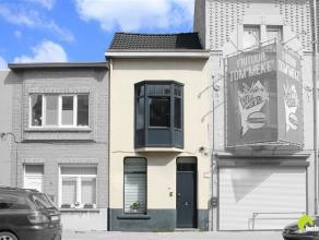 Deze gezellige woning, met fietsenberging in de zijstraat, werd enkele jaren geleden volledig gerenoveerd.  Zowel het centrum van de stad als het stat