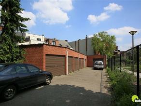 Dit gebouw bestaande uit een handelspand op het  gelijkvloers + duplexappartement + 6 garages is zeer centraal gelegen op wandelafstand van het winkel