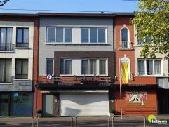 Zeer centraal gelegen appartement op de 2e verdiep (geen lift) met 1 à 2 slaapkamers, eenvoudig ingerichte keuken met toestellen, living op nov