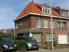 Centraal gelegen half open woning met grote tuin en oprit naast de woning.  Vlakbij vinden we de grote toegangswegen naar Antwerpen en Brussel maar oo
