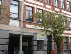 Dit frisse en ruime handelspand of kantoorruimte (ca. 100m²) is gelegen nabij het centrum van Mortsel. Er is parkeergelegenheid in de straat (tus