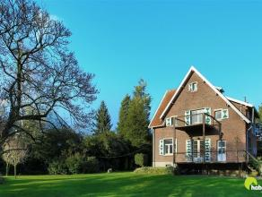 Deze prachtige cottagewoning met parktuin is gelegen in de mooie Cogelslei te Mortsel.  Het perceel waarop deze woning uit 1900 werd gebouwd is 1.636