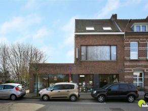 Centraal gelegen, aan de grens van Mortsel en Edegem vinden we dit ruim op te frissen handelspand met woonst op de bovenverdieping. De mogelijkheid be
