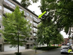 Dit ruim en zeer degelijk appartement met 3 slaapkamers is gelegen aan een tof groen pleintje op loopafstand van het centrum van Mortsel. Een gunstige