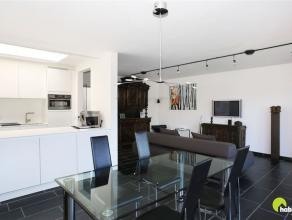 Dit trendy en zeer licht appartement is gelegen in een klein gebouw met drie appartementen. Vooraan vinden we een autostaanplaats (inbegrepen in de pr