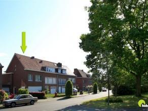 Deze halfopen bebouwing in de topwijk Hof van Rieth, heeft een grondoppervlakte van 307m².  Vooraan kijkt de woning uit op een groen pleintje.  H