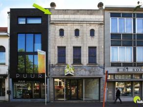 Dit uiterst centraal gelegen authentiek gebouw bestaande uit een commercieel gelijkvloers en een prachtige te renoveren duplex op de bovenverdieping,