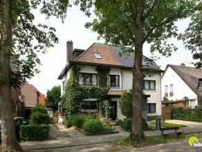 In één van de meest gegeerde straten in Mortsel vinden we deze te renoveren halfopen woning met 3 slaapkamers (mogelijk 4 slaapkamers),