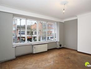 In het commerciële hart, op weg richting Berchem, vinden we dit appartement op de 1ste verdieping van een klein en zeer verzorgd gebouw.  Voor de