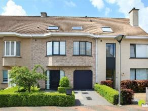 Deze zeer verzorgde rijwoning met een gevelbreedte van 7.50m is gelegen in een doodlopende straat in de aangename woonwijk de Veledekens te Berchem.