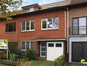In de mooie residentiële woonwijk Ten Dorpe vinden we deze verrassend ruime woning met een gevelbreedte van 8m. Ze bevindt zich in een rustige en
