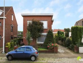 Deze woning (open bebouwing) met garagebox op 417 m² grond is gelegen in de Drabstraat te Mortsel.  Vlakbij supermarkten, openbaar vervoer (trein