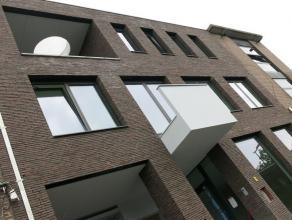 In het hartje van Mortsel, op het stadsplein, vinden we deze mooie, moderne en knap afgewerkte nieuwbouw.      We bereiken de 1ste verdieping met de t