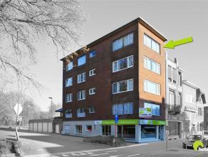 Zeer goed gelegen appartement (102m²) in het centrum van Mortsel, op een steenworp van het marktplein. Achteraan kijkt het appartement uit op het