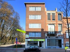 Zeer goed gelegen appartement (112m²) in het centrum van Mortsel, op een steenworp van het marktplein. Achteraan kijkt het appartement uit op het