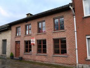 Deze woning is landelijk en rustig gelegen te Emelgem op een grondopp. van 202m2. Op het gelijkvloers treft u de woonkamer met openkeuken(35m2) en bad