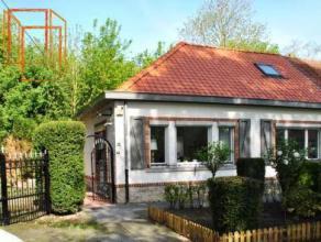 Charmante maison jumelée, avec extension, située dans un environnement calme et verdoyant. Une rénovation intégrale a &eac