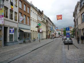 Gelijkvloerse winkelruimte van +/-127m² met topligging in het handelscentrum van Mechelen! Mogelijke indeling: winkel (+/-67m²), atelier (+/
