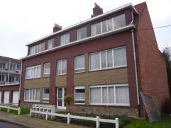 Gelijkvloers appartement (rechts), bewb opp +/- 100m², bj 63. Met o.a. 2 priv kelders, inkom met vestiaire, ruime living met sierschouw, keuken,