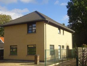 Verzorgde villawoning van +/-158m² met o.a. 4 slaapkamers, woonkamer, open keuken, badkamer, berging en tuin! Gelegen op een perceel van +/-2a00c