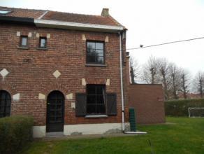 Woning van +/-140m² met 3 slks, woonk, inger kkn, badk met ligbad, toilet, veranda, garage en tuin! Voorzien van o.a.gaskachels, warm water dmv b