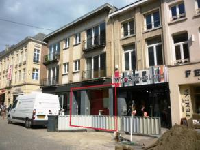 Handelsgelijkvloers van +/-58m² geleg o/e toplocatie in Mechelen! Met o.a. winkel (+/-28,6m²), kleedkamer (+/-1,7m²), sas (+/-1,2m&sup2