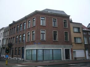 Centraal gelegen appartement op de 1e verdieping. Het appartement heeft een inkom, compacte woonkamer, keuken (spoelbak, fornuis, koelkast met vriesva
