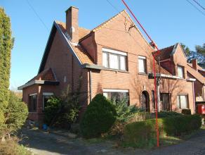 Deze te renoveren woning (HOB) is ideaal als u op zoek bent naar een woning die rustig gelegen is. De woning is gelegen in een doodlopende straat op &