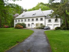 Deze villa met geïntegreerde conciërgewoning is ideaal als u houdt van groen en ruim wonen of een vrij beroep uitoefent (kantoor tot maximum