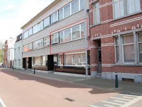 )Dit aangename app op de 1e verdieping met 2 ruime slks en terras met aanpalende garagebox is gunstig gelegen op wandelafstand v/h Vrijbroekpark en de