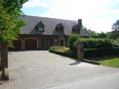 Villawoning van +/-300m² met 4 slks, bureel, ruime woonk, inger kkn, 2 badkmrs, berging, dressing, dubbele garage, terras en grote tuin met bosgr