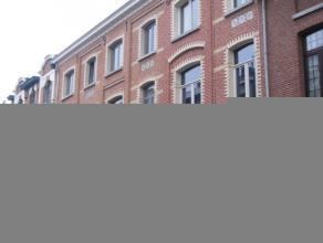 Gerenoveerde herenwoning met zeer interessante ligging(station, vaart, E19) omvattende: inkomhal, leefruimte(salon en eetplaats), ruime nieuwe keuken,