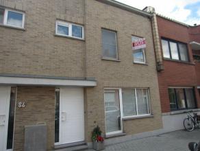 Verzorgde en aangename woning met zuidelijke tuin, garage en twee staanplaatsen. Living 39 m² met open haard, volledig ingerichte keuken, bergpla