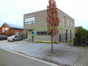 Mooi gelijkvloers appartement ( 110m²) met 2 slaapkamers, auto staanplaats en tuintje van ca 70m².<br /> Klein beschrijf mogelijk!!<br /> <b