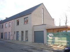 Nieuwe half open bebouwing met 3 slaapkamers, open buro, garage, carport, tuin. Indeling: GLV: hal, wc met lavavo, living met half open ingerichte keu