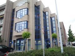 Kantoren ingericht met (voormalig bankkantoor van Delta Lloyd en Fortis). Mogelijkheid om 2 parkings bij te huren aan 70 euro/mnd/parking. Centraal ge