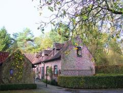 Uiterst rustig gelegen landhuis op ca 1 hectare. In een bosrijke omgeving. Goede verbinding naar het dorp van Bonheiden en Rijmenam. Charmante woonkam