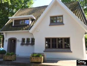 Deze gezellige gezinswoning is echt een droom voor ieder gezin ! De woning is zeer praktisch en ruim ingedeeld met zonnige erker die u extra ruimte bi