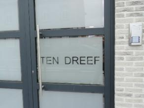 Nieuw appartement te huur op 500 m van de op en afrit autostrade Gent/Brussel.Deze nieuwbouw bestaat uit terras, inkomhal, 2 slaapkamers, badkamer met