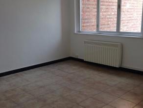 Een net appartement met 2 slaapkamers , terras en kelder . Het appartement is gelegen op de eerste verdieping in een gebouw zonder lift . Dit betekent