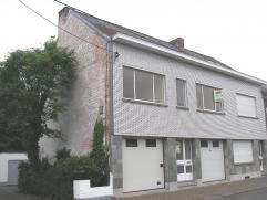 Gelijkvloers : Inkomhal - berging . Eerste verdieping : ruime woon- en eetkamer - vernieuwde keuken met spoelbak - gasvuur en toegang tot een zuidgeri