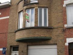 Volledig te verbouwen woning met 4 slaapkamers en tuin.Inkomhal - woon-en eetkamer - mogelijkheid tot keuken met zicht op de tuin. 1ste verdieping : 2