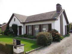 Residentieel gelegen villa op 7are met 3 slaapkamers, garages en zuid georienteerde tuin.