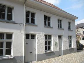 Gezellige stadswoning op wandelafstand van Grote Markt, omvattende living met open keuken, slaapkamer, badkamer en zolderberging.  Mogelijkheid tot hu