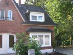 Instapklare half-open woning met tuin Uitstekend gelegen woonhuis, bevattende : inkom/traphal, leefruimte met semi-open, volledig ingerichte keuken en