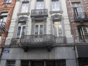 Rez de chaussée de +/- 100 m² très bien situé à 2 pas du centre ville rue de la Régence. Entièrement re
